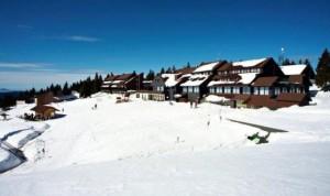 Hotel Rogla pokrit s snežno odejo.