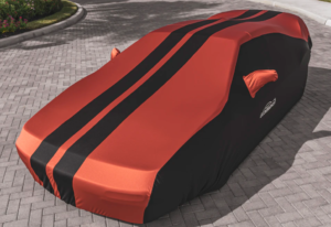 Pokrivalo za avto proti toči v rdeče-črni barvi.